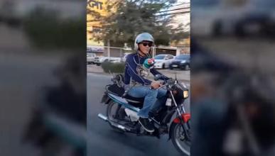 Vídeo: Dos gatos subidos en una moto ¡y con casco puesto!