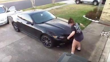 Vídeo: En búsqueda esta mujer por rayar un Mustang
