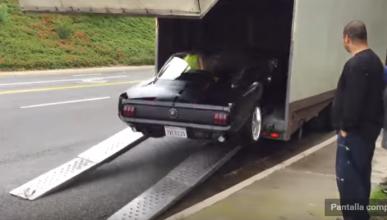 Estrella un Ford Mustang de 1965 al subirlo a un camión