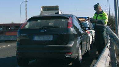 Encañona a dos guardias civiles en un control de tráfico