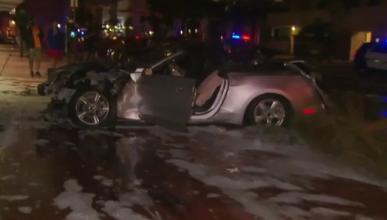 Un Mustang envuelto en llamas tras un accidente en Miami