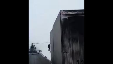 Helicóptero militar aterriza para preguntar una dirección