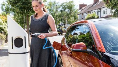 Lo que toca pagar (de más) por asegurar un coche eléctrico