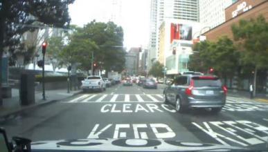 Vídeo: el coche autónomo de Uber se salta seis semáforos