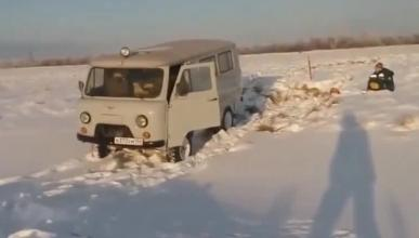 Vídeo: cierra la puerta y se hunde en el hielo
