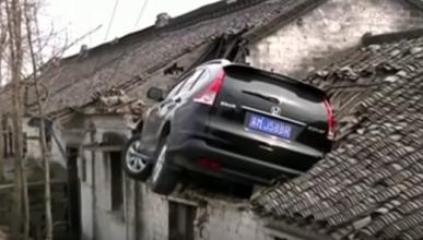 Un coche termina empotrado en el tejado, ¿pero cómo?