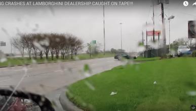 Ford Mustang choca contra el concesionario de Lamborghini
