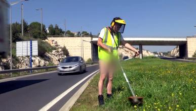 Vídeo: en 'pelotas' en mitad de la carretera
