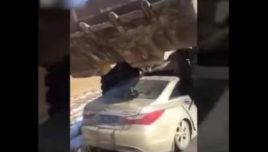 El milagro de salir ileso si una excavadora pisa tu coche