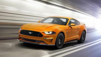 Un Ford Mustang se parte en dos en una carrera callejera