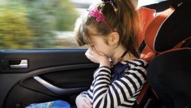 ¿Por qué nos mareamos en el asiento trasero del coche?