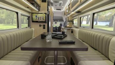 Esta Ford Transit tiene un salón como el de tu casa