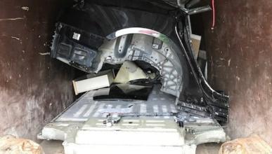 Encuentran un Tesla robado dentro de un camión