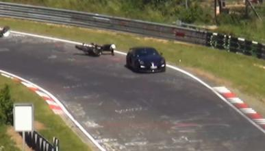 Vídeo: Porsche Cayman y motorista, accidente en Nürburgring