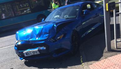 Vídeo: accidente de un Mustang por fallo en los semáforos