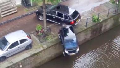Mecánico se lanza con un coche al agua porque no le pagan