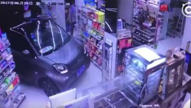 Este conductor chino aparca dentro de la tienda… como lees