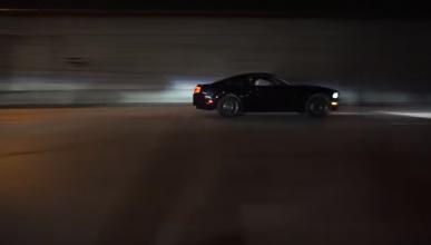 Un Ford Mustang choca ridículamente al salir de un evento
