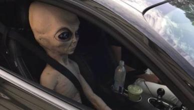 Conduce con un alien en el asiento del acompañante