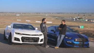 Vídeo: Chevrolet Camaro ZL1 vs Shelby Mustang GT350R