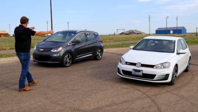Vídeo: Chevrolet Bolt vs Volkswagen Golf GTI