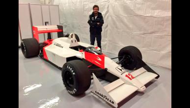 Alonso posa con el McLaren-Honda de Ayrton Senna