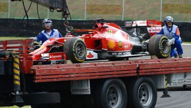 Alonso quema un viejo motor en los libres de Brasil