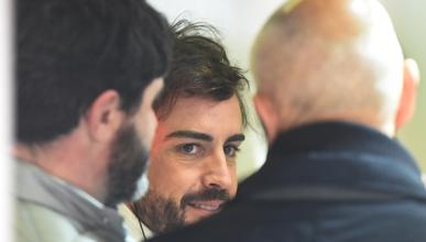 Alonso recibe la visita de su padre y Eric Boullier