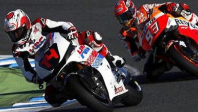 Fernando Alonso compite con Marc Márquez en moto