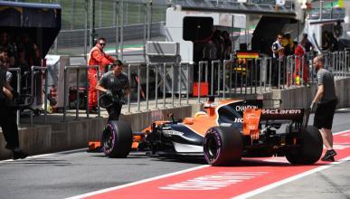 Fernando Alonso, en el pit lane de Austria