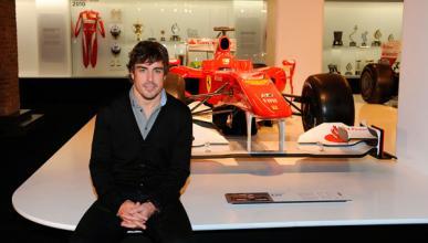 Fernando Alonso visita su exposición en Madrid