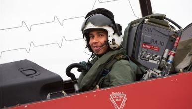 Lewis Hamilton avión acrobático ejército