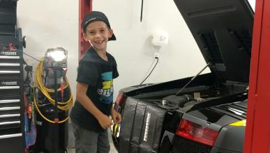 Niño de 5 años cambia el aceite a un Lamborghini