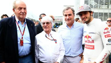 El rey Juan Carlos visita a Alonso y Sainz en el GP México