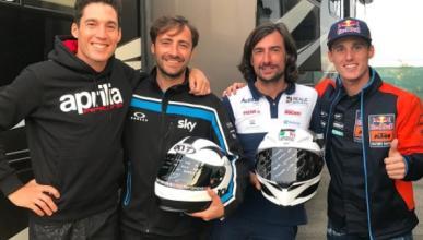 Los hermanos Espargaró entregan a la familia Nieto sus cascos en homenaje a Ángel