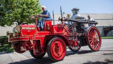 Jay Leno conduce un camión de bomberos de 1911