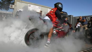 Lewis Hamilton, con su moto en el GP de Italia
