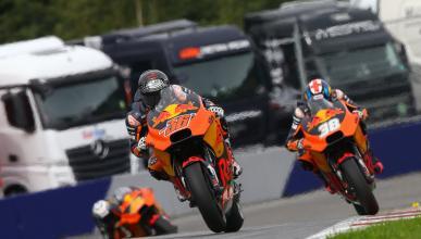 Mika Kallio pone en riesgo la continuidad de Bradley Smith en KTM