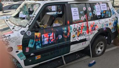 Vehículo de la GC destrozado por independentistas