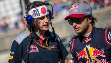 Carlos Sainz, junto a su ingeniero en el GP Japón 2017