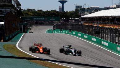 Alonso y Hamilton en el GP Brasil 2017