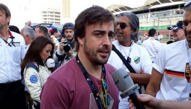 Fernando Alonso visita el Circuito de Bahréin