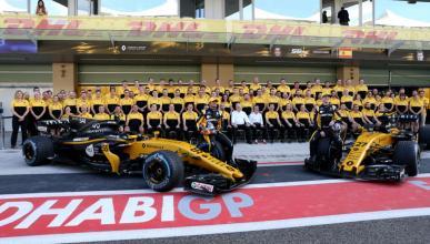 Foto de familia del equipo Renault de F1