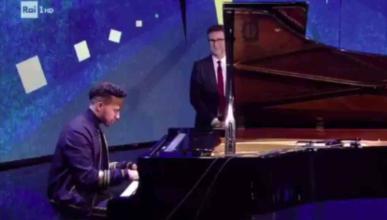 Lewis Hamilton toca el piano