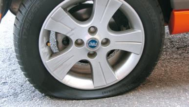 Pinchan las ruedas de 50 camiones