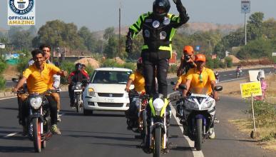 Récord Guinness de más tiempo montado de pie en una moto en marcha