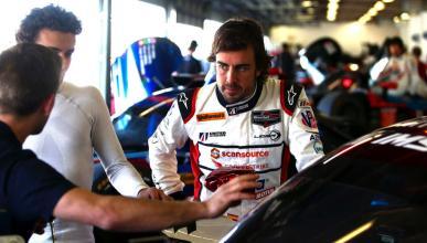 Alonso, en el box de Daytona
