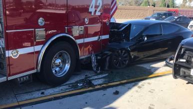 Un Tesla Model S choca con el Autopilot encendido