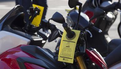 Las motos mal aparcadas en Barcelona corren peligro