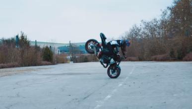 Sarah Lezito hace stunt con una Suzuki GSX-S750
